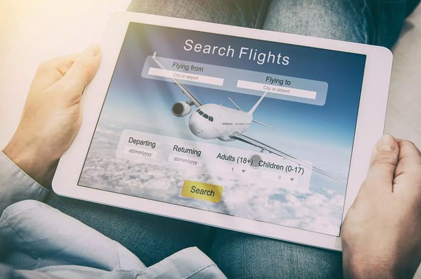 Mann sucht Flug online über Tablet